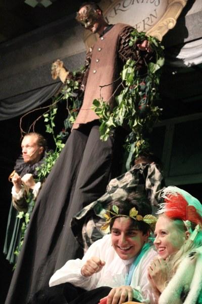 Trevor Lewis som träd i Kronhusteaterns För ung för att va' Kung?