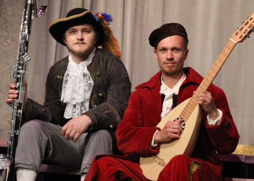 Carl Lundin och Kristoffer Sandås som Mozart och Moliere med instrument
