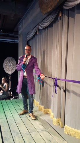 Mikael Reuterberg klipper bandet på Kronhusteatern